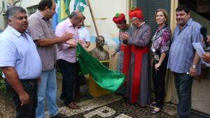 Prefeitura inaugura busto em homenagem a Padre Rooswelt em Bonito