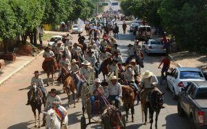 Cavalgada beneficente reúne centenas de cavaleiros e vira atrativo turístico em BONITO