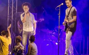 Balanço e profissionalismo musical no show do Dueto JK da Flib na Praça da Liberdade em Bonito (MS)