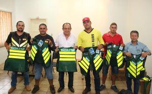 DEMTRAT entrega novos coletes aos mototaxistas de Bonito (MS)