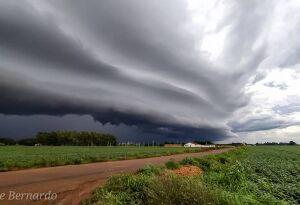 Forte frente fria traz chuva para vários estados, MS pode ter fortes rajadas de vento