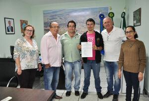 Prefeito dá posse a motorista aprovado no concurso público em Bonito (MS)