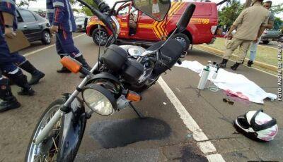 Motociclista bate em placa de sinalização e morre na Capital