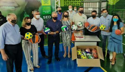 Fundesporte distribui kits esportivos durante entrega de escola reformada pelo Governo em Maracaju