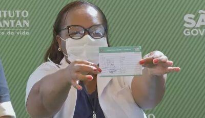 Enfermeira da linha de frente é a primeira pessoa ser vacinada contra Covid-19 no Brasil