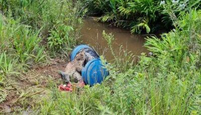 Pescadores encontram corpo concretado dentro de tambor em córrego