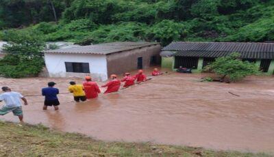 Bombeiros atuam em resgate de famílias desabrigadas pela chuva em Corumbá; Defesa Civil monitora