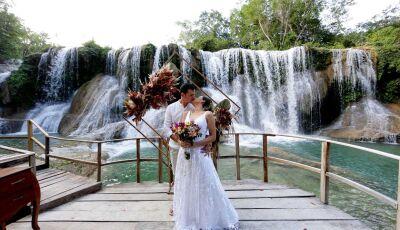 Casal viajou 2,5 mil Km para dizer 'sim' em cachoeira romântica em Bonito (MS)