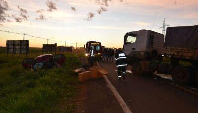Colisão frontal entre carro e carreta mata ocupante mata jovem de 19 anos em MS