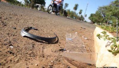 Mulher sem capacete cai da garupa de moto e morre em MS