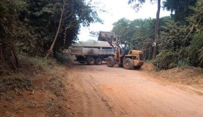 BONITO: Secretaria de Obras realiza serviço de limpeza na estrada vicinal próximo aterro controlado