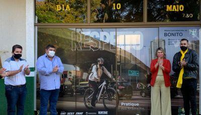 Portas da prefeitura ganharam comunicação visual em alusão ao Maio Amarelo em Bonito (MS)
