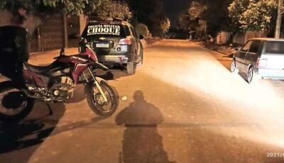 VÍDEO: Motociclista é fechado por carro e tem moto roubada por traficantes em MS