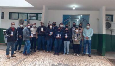 Agentes de endemias recebem aparelhos telefônicos para coleta de informações em Bonito