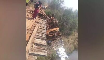 Caminhão cai de ponte e jovem morre preso às ferragens