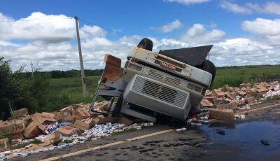 Motorista morre após caminhão com cigarros tombar na MS-339 entre Miranda e Bodoquena