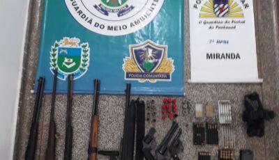 Ação entre PM e PMA prende dupla que vendia arsenal furtado em fazenda em MIRANDA