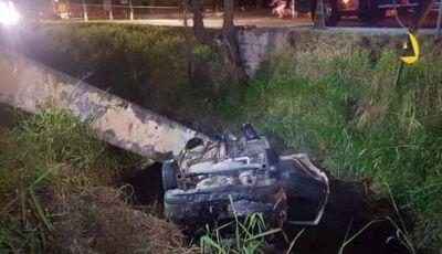 Motorista voa, cai em valeta e carro pega fogo; homem morreu na hora