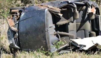 Idosa morre após ser arremessada de carro que capotou na MS-162