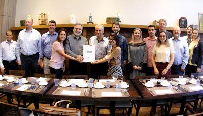 Reinaldo destaca ações para fortalecer turismo e assina carta compromisso para continuar investindo