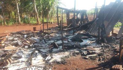 Homem acusa esposa de traí-lo com vizinho e incendeia a própria casa em aldeia de MS