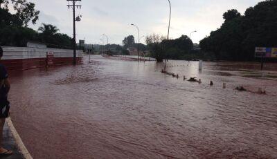 Chuva de fim de tarde inunda avenida de Campo Grande, ASSISTA O VÍDEO
