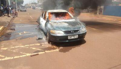 VÍDEO: funcionários arrastam carro em chamas para evitar incêndio em oficina em Rio Brilhante