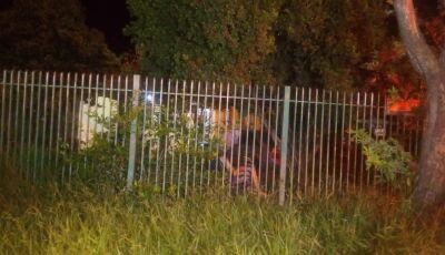 Pai mata filho a facadas e depois fica sentado tranquilo em cadeira de fio em Campo Grande