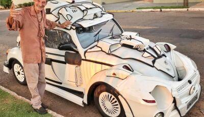 MS: Catador que criou Batfusca com restos de lixo põe carro à venda por não conseguir manter família