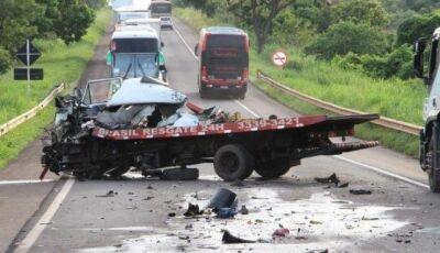Colisão entre caminhão guincho e carreta mata motorista na BR-267 em Nova Alvorada do Sul