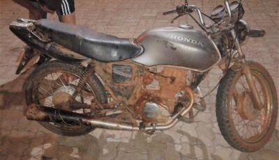 Polícia Militar encontra moto no meio da lama e com placa 'fria' em Bonito (MS)