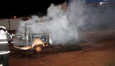 Kombi com trabalhadores pega fogo em MS