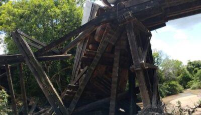 Caminhoneiro sofre infarto e morre após caminhão ficar pendurado em ponte de MS