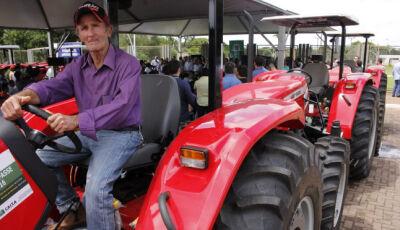 Na fronteira, Reinaldo entrega R$ 1,4 milhão em equipamentos agrícolas
