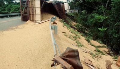 Carreta carregada com soja 'tomba' na rotatória do Balneário Municipal em Bonito (MS)