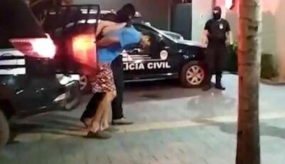 Vídeo mostra momento em que suspeito de matar major chega em delegacia em Bonito (MS)
