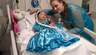 Triste no hospital e com síndrome rara, menina ganha vestido, e volta a se alimentar em MS