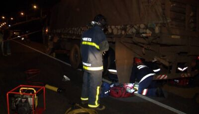 Motociclista fica preso em rodado de caminhão e é arrastado por 20 metros