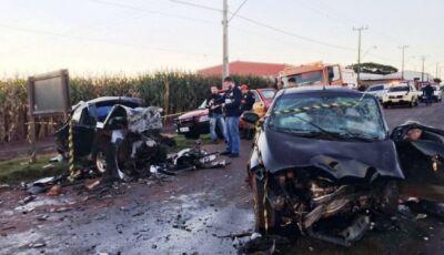 Colisão frontal entre dois veículos causa duas mortes