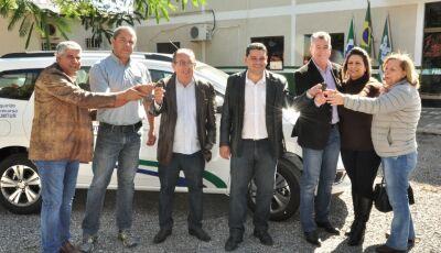 Prefeito entrega novos veículos para o DEMTRAT e SECTUR em Bonito (MS)
