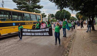 Professores e alunos protestam contra fechamento no BCG em Bonito (MS)
