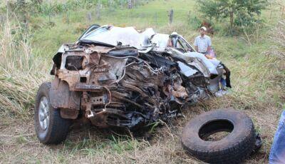 Homem morre e dois ficam feridos em acidente entre carreta e caminhonete em MS