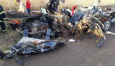 Em MS, Avô e neto morrem em acidente entre caminhonete e caminhão