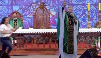 Padre Marcelo Rossi cai do altar após ser empurrado em missa