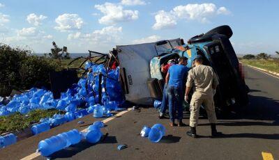 Caminhão carregado com galões de água tomba na MS-395