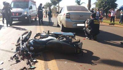 Motociclista morre ao colidir em traseira de veículo, cair na pista e ser atropelado por caminhão