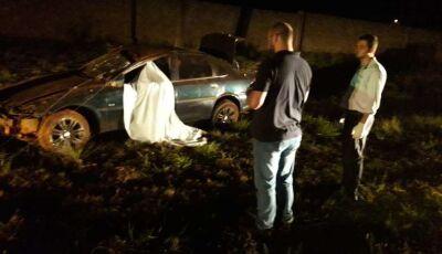 Homem capota carro e morre em avenida de MS