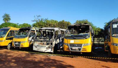 Perícia investiga incêndio que danificou 7 ônibus escolar em pátio de prefeitura em MS