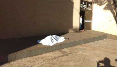Rapaz é encontrado morto em calçada de igreja