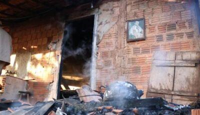 Incêndio supostamente criminoso destrói casa de idosa na Capital